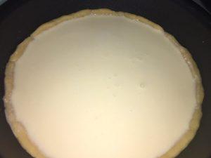 チーズケーキ生地を流していく